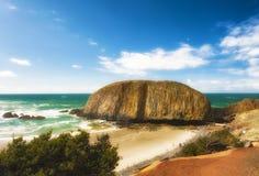 Skyddsremsan vaggar på den Oregon kusten Royaltyfria Foton
