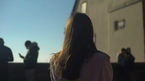 Skydeck милой дамы посещая в старом европейском городке, путешественнике женщины наслаждаясь взглядом сток-видео