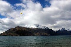 Skydive em cima de uma montanha próxima da neve do rio imagem de stock royalty free