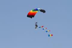 Skydiver με τη ρουμανική σημαία μέσω των σύννεφων Στοκ Εικόνα