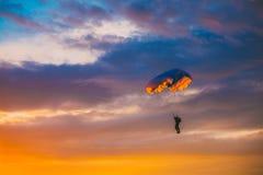 Skydiver στο ζωηρόχρωμο αλεξίπτωτο στον ηλιόλουστο ουρανό Στοκ Εικόνες
