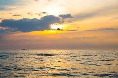 Skydiver auf buntem Parasailing in den sunriae/Sonnenuntergang über dem Se Stockfotos