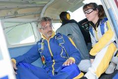 Skydiver besorgt für ersten Sprung lizenzfreie stockfotografie