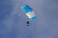 Skydiver con el pabellón Fotos de archivo