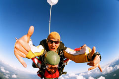 Skydiver, der die Daumen aufgibt Stockfotos