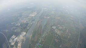 Skydiver, der in Himmel über grünem Feld mit Fallschirm abspringt schwerpunkt Bewölkter Abend stock video footage