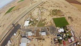 Skydiver, der in Himmel über Sanden von Arizona mit Fallschirm abspringt Extremer Sport drehzahl stock video footage