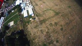 Skydiver, der in Himmel mit Fallschirm abspringt extrem adrenaline Landung auf Feld drehzahl stock video