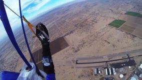Skydiver die in blauwe hemel parachuteren landschap adrenaline Boven Arizona horizon stock videobeelden