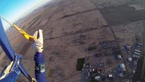 Skydiver die boven zand van Arizona parachuteren horizon adrenaline professioneel stock videobeelden