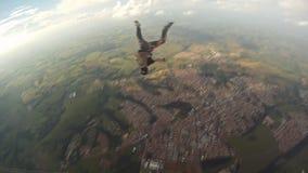 Skydiver die de vrije langzame motie van vliegmanoeuvres doet stock videobeelden