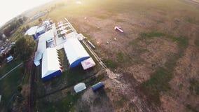 Skydiver die in hemel parachuteren extreem professioneel adrenaline Het landen op gebied stock footage