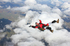 Skydiver die op zijn rug vliegt Stock Foto