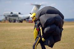 Skydiver draagt een valscherm na het landen Stock Foto's