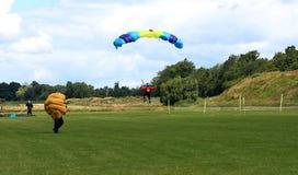 Skydiver em processo da aterragem após o salto na formação. Fotos de Stock Royalty Free