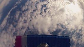 Skydiver en casco que se lanza en paracaídas en cielo nublado altura Prepárese al aterrizaje velocidad almacen de video