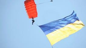 Skydiver en el cielo con la bandera de Ucrania metrajes
