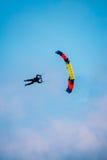 Skydiver en el paracaídas colorido en Sunny Sky Fotografía de archivo libre de regalías