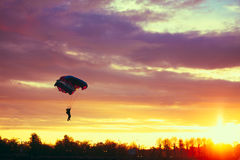 Skydiver en el paracaídas colorido en Sunny Sky Imágenes de archivo libres de regalías