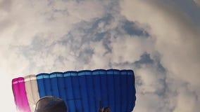 Skydiver en el vuelo del casco en el paracaídas en cielo altura Deporte extremo velocidad almacen de video