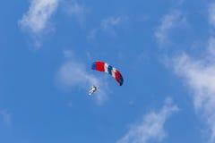 Skydiver entre las nubes y el cielo azul Imágenes de archivo libres de regalías