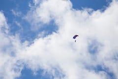 Skydiver entre las nubes y el cielo azul Imagen de archivo