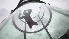 Skydiver för ung kvinna för flyg i ultrarapid för vindtunnel Inomhus hoppa med fritt fall tunnelen lager videofilmer