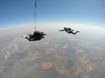 Skydiver filmt skydive achter elkaar Stock Fotografie