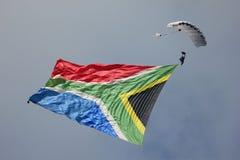 Skydiver fliegt südafrikanische Flagge Stockfotografie
