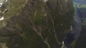 Skydiver het open parachuteren boven bergen die door groen worden behandeld Extreme sport stock video