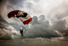 Skydiver i bakgrunden av stackmolnmoln i himlen Royaltyfri Bild