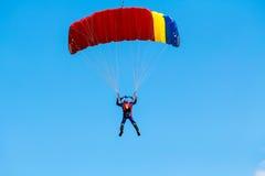 Skydiver i kolorowy spadochron Fotografia Stock