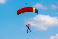 Skydiver i kolorowy spadochron Zdjęcia Royalty Free