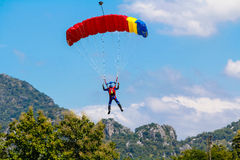Skydiver i kolorowy spadochron Obrazy Royalty Free