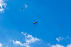 Skydiver i luften arkivfoton