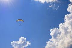 Skydiver i molnen Royaltyfri Bild