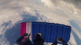 Skydiver im Sturzhelm mit Fallschirm abspringend in bewölkten Himmel Sonniger Tag Extremer Sport drehzahl stock footage