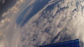 Skydiver im Sturzhelmsprung vom Flugzeug, offener Fallschirm im Himmel höhe drehzahl stock video footage