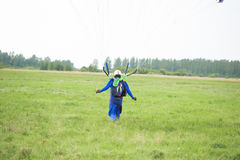 Skydiver lądujący na polu fotografia royalty free