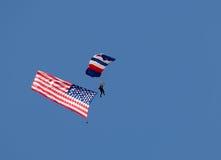 Skydiver med amerikanska flaggan Arkivbilder