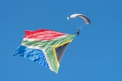 Skydiver med den stora flaggan Arkivfoto