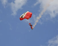 Skydiver mit einer Rauchspur Lizenzfreies Stockfoto