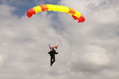 Skydiver mit Fallschirm Lizenzfreies Stockfoto