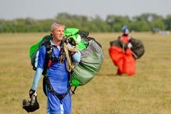 Skydiver niesie spadochron po lądować Zdjęcie Royalty Free