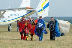 Skydiver niesie spadochron po lądować Zdjęcia Stock