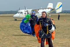 Skydiver niesie spadochron po lądować Obraz Stock
