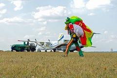 Skydiver niesie spadochron po lądować Obraz Royalty Free