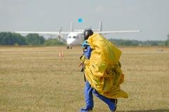 Skydiver niesie spadochron po lądować Obrazy Royalty Free