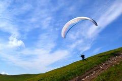 Skydiver no paraquedas na imagem conservada em estoque de salto de paraquedas do céu claro Foto de Stock Royalty Free