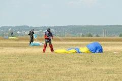 Skydiver odpina jego spadochron po lądować Zdjęcia Stock